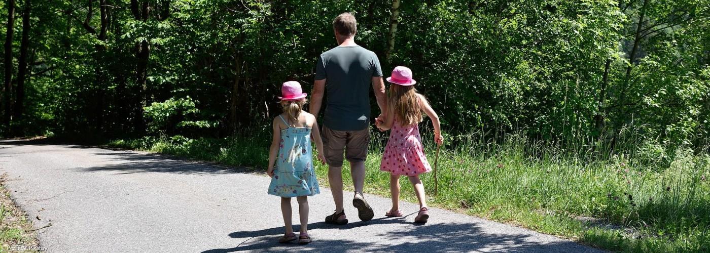 Wandern Vater und Töchter